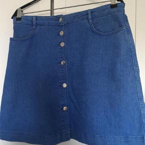 Varetype: Mini Farve: Demin Oprindelig købspris: 900 kr.  Blød denim nederdel med knapper....: bytter ikke