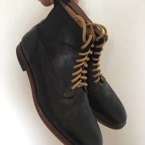 Lækre læderstøvler fra Hudson købt på lagersalg. Snørebåndene er skiftet ud. De er en smule snævre, hvilket er grunden til at jeg sælger dem.