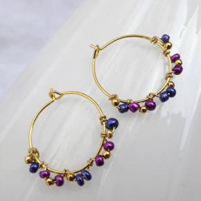Forgyldte hoops (nikkelfri) med små tjekkiske perler. Selve hoopsene er 2 cm i diameter. Fast pris. Se også mine andre annoncer med smykker.