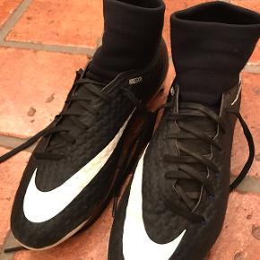 Fede fodboldstøvler til udendørs brugt meget få gange som nye
