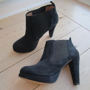 Smuk støvle fra Ganni med hæl og plateausål ( så de ikke føles så høje, som de ser ud) Str. 39.