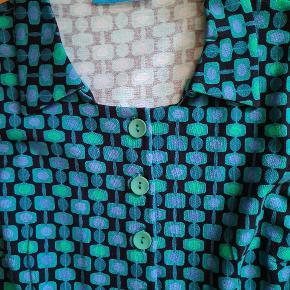 Kjole fra Lien & Giel.  Fra røgfrit hjem.  Som ny.  Bomuld med stræk.  Længde målt fra skulder 96 cm. Måler fra ærmegab til ærmegab 47 cm. Måler tværsover ved taljeoverskæringen 43 cm. Køber betaler porto.
