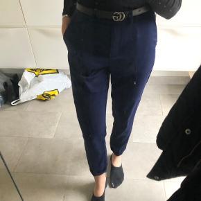 Rigtig bløde silke agtige bukser fra na-kd i størrelse 36.  2 lommer foran. Lukkes med lynlås og knap