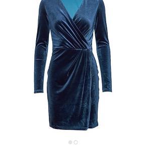 Smuk kjole i velour med slå-om effekt.