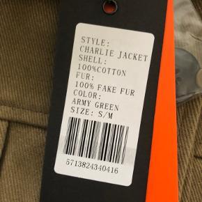 Helt ny kanvasjakke fra Meotine med aftagelig fake fur krave. Størrelsen er S/M, men den passer en medium perfekt.