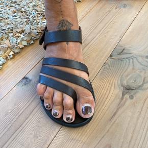 Kvalitets ægte håndsyet lædersandal. Måler 26 cm. Brugt et par gange. Fremstår uden fejl og mangler.   Bytter ikke.