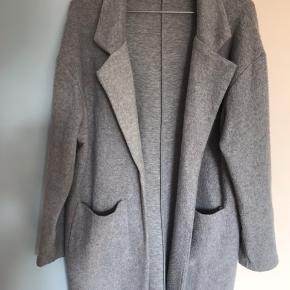 Grå frakke/jakke fra Zara i str. L men passer en størrelse S/M