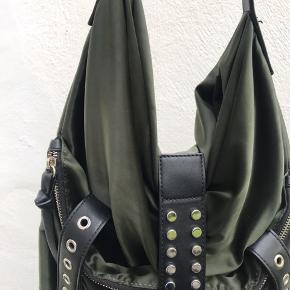 - Fed zara taske I grøn - Brugt meget lidt - Har dog ét meget lille slidstærke i bunden (se billede) - skriv for info/ bud eller flere billeder   Obs. Tryk på billede for fuld størrelse