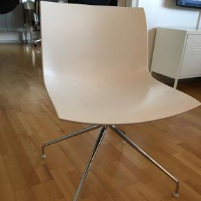 Catifa 53 er produceret af Arper, hvilket er et kvalitetsstempel i sig selv designet af den italienske trio Lievore Altherr Molina. Stolen er i plast med hvid forside og lys blå bagside. Stolens sæde er roterbart. Catifa 53 har et bredt sæde, men stolen virker alligevel let, i kraft af dens smalle stel. Stolen står stabelt på jorden, mens du kan rotere sædet.