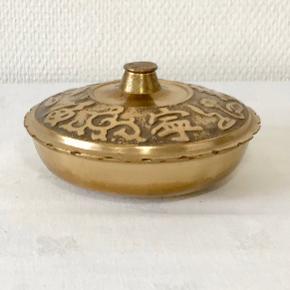 Utrolig smuk vintage Koreansk messing skål med låg. Låget er smykket af udskårne skrifttegn. Diameter: 13,3 cm Højde: 7 cm