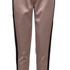 Custommade sateen bukser. Str. 42. Brugt få gange. Sender gerne billeder af mine egne. Bud modtages :-)