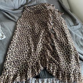 Leopard fra trendday. Kan lukkes med lynlås
