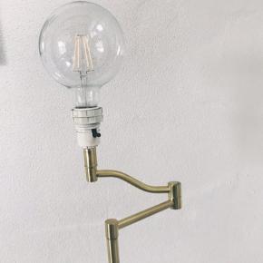 Fed gulvlampe/standerlampe. Sælges uden pære.