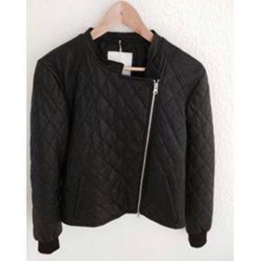 Varetype: quiltet skind jakke Farve: sort Oprindelig købspris: 3000 kr.  Lækker quiltet skindjakke fra Mads Nørgaard   Fin stand, dog gået lidt fra ved foer indvendig, men kan nemt rep.