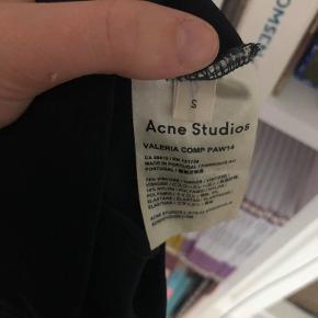 """MØRKE BLÅ turtle neck fra Acne.  Den er i sådan noget tykt """"dykker"""" agtigt materiale.  Har ingen lamper oppe endnu - derfor den ser sort ud."""