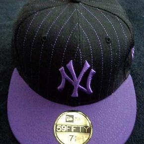 New Era 59Fifty Basic NY Yankees MLB sort/lilla  Str 7 5/8 (60,6 cm) Brugt få gange og som ny, nypris 340 kr Porto 37 kr
