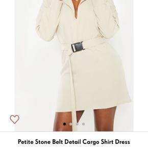 Prettylittlething beige nude playsuit kjole med seat bælte str 34, men fitter også 36. Aldrig brugt ingen bytte