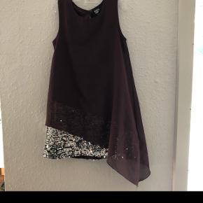 Lilla kjole med palietter for neden.Er af mærket Kids-Up i str. 6-7 år.  Brugt til nytår/jul og større arrangementer  Giv et bud.  Befinder sig i Mejls ved Varde