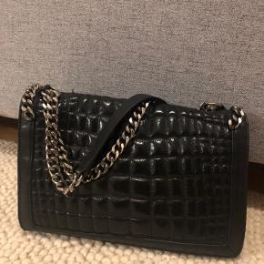 Zara taske med metalkæder. Imiteret læder. Brugt nogle gange men er i god stand uden synlige ridser.