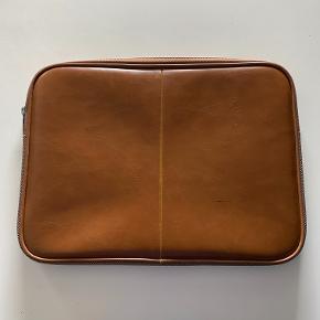 Computersleeve fra Sandström 13,3 i brunt PU læder sælges.   byd!