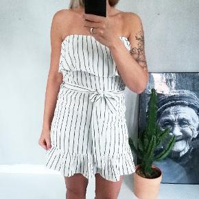 Fineste offshoulder kjole i 100% bomuld. Kjolen er i hørlign.stof, der gør at den er mega lækker at have på.  Jeg har flg. Størrelser på lager: XS, S, M, L, og XL.  Prisen er fast og jeg bytter ikke. Fri fragt ved køb over 399,-