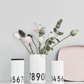Design Letters vaser. Arne Jacobsen. Super fine. Aldrig brugt.   Stor (20 cm) 150 kr Lille (15 cm)  100 kr Samlet 200 kr  Bytter ikke!