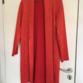 Knælang frakke i rustrød/orange farve i imiteret ruskind fra Zara. Super fin sommerjakke.