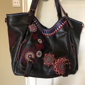 Skøn og blød taske, brugt få gange Medfølger lang rem  Har  også tasken i en flot cognac farve.