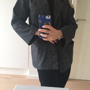 Sælger denne flotte blazer fra Monki. Brugt meget få gange, aldrig vasket. Den er en størrelse xs, men kan sagtens passe en s.  Byddd