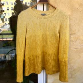 smuk gul sweater fra COS i mohair og uld blanding.