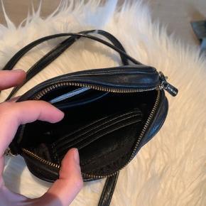 Michael Kors crossbody taske sælges - den er brugt, men har virkelig passet godt på den, så det kan ikke ses! Nyprisen var 1300 kr. - kom endelig med et bud!