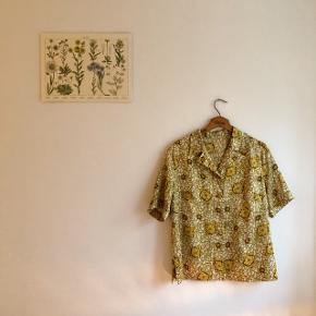 Fedeste skjorte i Satin lignende stof.  Der er ingen mærker i men vil mene den passer en stor M eller L.  Ikke nogen tydelige tegn på slid. ☘️  #30dayssellout