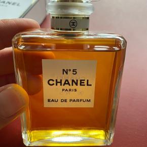 Den ikoniske No5 fra Chanel Paris - EAU DE PARFUM 50 ml.  Den er kun sprøjtet et par gange og jeg kan desværre ikke tåle den, så den må videre...
