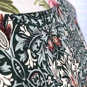 -Bindebånd på ærmer  SHELL: 100% Polyester  For flere billeder se i kommentar.  Se også mine andre annoncer ;)  # Detailed dress Ties on sleeves Pattern Detaljeret kjole Mønster