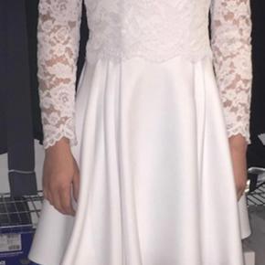 Nyrenset, og aldrig brugt da der blev fundet en anden kjole. Nypris var 3200 kr.