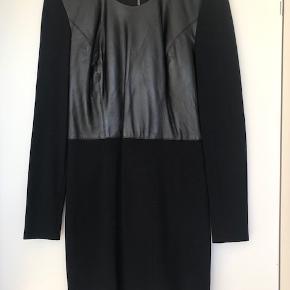 Helmut Lang kjole str. 36 (US str. 6) Brugt én gang.  Overdel i læder.  Går til lige over knæet (jeg er 170cm)  Fra hjem uden røg eller kæledyr.  Kan afhentes i Kbh K. Sender gerne, køber betaler porto.