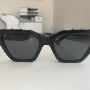 Helt nye valentino solbriller - der medfølger æske, og to etui - ny pris er 1.700 kr.  Gået med få gange - købt for 3 uger siden