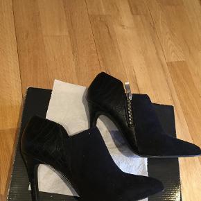 Varetype: Ankelstøvler Farve: Sort Oprindelig købspris: 600 kr.  Helt nye sko, sælges for 230+ Med DAO via mobilepay