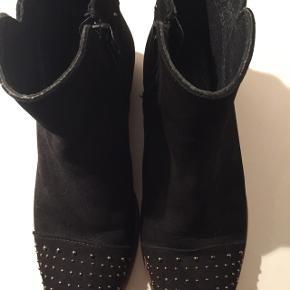 Fine sorte støvler med nitter på snuden og lynlås i siden