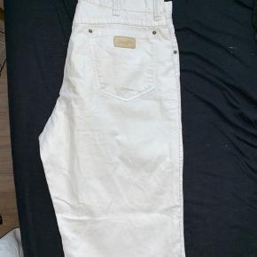 Hvide wrangler bukser i str 38/32 God stand - ingen pletter eller mærker Fitter nogenlunde som dickies 874
