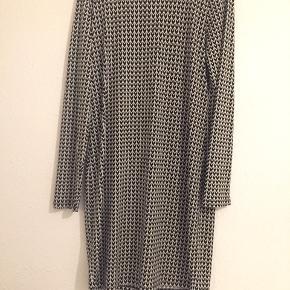 Kjole fra Michael kors  Str: M  Farve : sort/ hvid  Lang : 90 cm. Materiale:  95 % polyester  5% spandex ❌ bytte ikke  Sender via DAO 37 kr  Afhente på Amager.