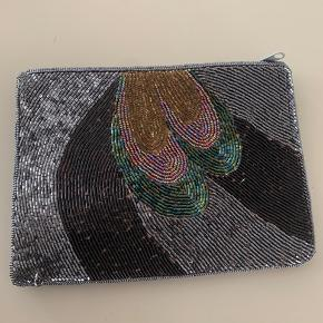 Unik perle pung/taske fra Thailand.  Virkelig fin. Brede ca 20 cm. Højde ca 15 cm.  Fine lommer og lynlåslukning.  Sendes hvis modtager betaler.