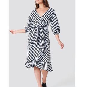 Super flot sort og hvid stribet kjole fra Gestuz. Kun brugt et par gange🥳