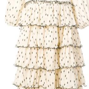 Smukkeste kjole fra Ganni! Perfekt til årets julefrokoster, nytår eller andre festlige lejligheder. Kan ligeledes dresses ned og bruges med feks et par jeans under. Kun brugt en enkelt gang i forbindelse med filmoptagelser, så den er så godt som ubrugt.