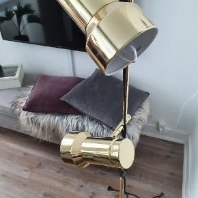 Super fed gulvlampe, sælges grundet pladsmangel. Lampehoveder kan drejes og justeres som ønsket. Ved af hentning følger pære med i købet 😊  Messing, 140 cm høj, a++ til E