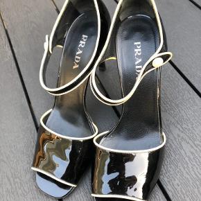 Velholdt Prada lak stilet med peep toe. Hælhøjde 9,5 cm. Lille mærke på højre hæl.