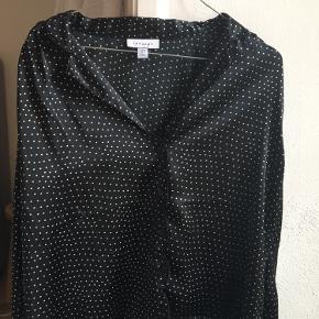 Mega fin skjorte fra Topshop i silkelignende stof. Aldrig brugt. Er stor i størrelsen 🌸✨