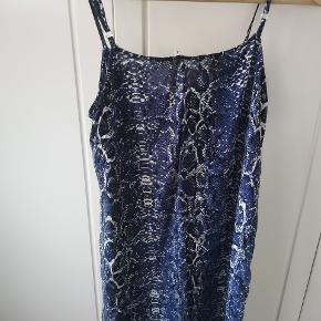 Rigtig fin kjole med forskellige blå nuancer med en smule sølv i sig