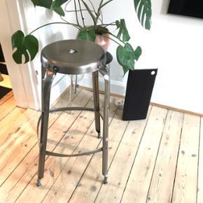 Høj bar/køkken stol   Stolen er desværre stødt og blevet en smule skæv. Det er dog ikke noget man dvæler over når man ser stolen. Men det gør naturligvis at prisen sættes lavere 😊  Nypris: 1800 kr   Byd gerne
