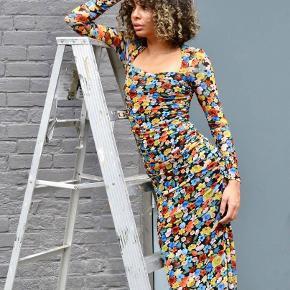 Jeg sælger denne nye kjole fra Gannis FW20 kollektion. Den er aldrig brugt da jeg ikke synes den klæder mig alligevel, mærket er blot taget af i en for hurtig beslutning. Fitter 36 og måske lille 38 Byd gerne ❤️🧡💛💚